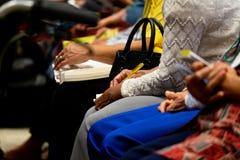 Старухи слушают проповедь и запись что-то на бумаге стоковые изображения rf