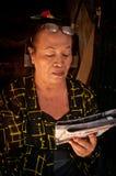 Старухи читая газету Стоковое Изображение RF