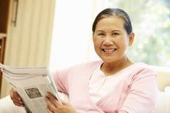 Старшая азиатская газета чтения женщины Стоковые Изображения RF