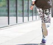 Старшая дама бежать близрасположенная конструкция улицы стоковое фото