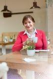 Старшая дама имея завтрак в кафе Стоковая Фотография RF