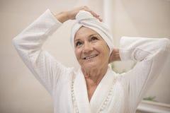 Старшая дама после ливня стоковая фотография rf