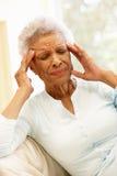 Старшая Афро-американская женщина с головной болью Стоковые Фотографии RF