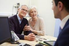 Старшая встреча пар с консультантом в больнице стоковые фото