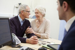 Старшая встреча пар с консультантом в больнице стоковая фотография