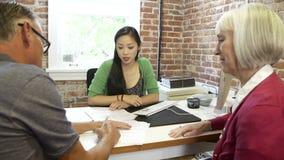 Старшая встреча пар с финансовым советником в офисе видеоматериал