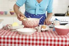 Старшая выпечка женщины в кухне Стоковая Фотография