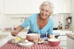 Старшая выпечка женщины в кухне Стоковое Фото