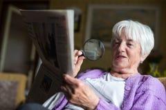 Старшая газета утра чтения женщины Стоковая Фотография