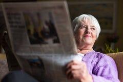 Старшая газета утра чтения женщины Стоковая Фотография RF