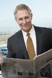 Старшая газета чтения бизнесмена Стоковые Фото