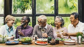 Старшая группа ослабляет концепцию Dinning образа жизни стоковое фото