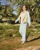 старшая гуляя женщина Стоковая Фотография