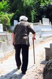 старшая гуляя женщина стоковое фото
