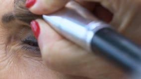 Старшая дама делая макияж на салоне красоты, желание быть красивый, женственность видеоматериал