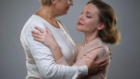 Старшая дама обнимая взрослую дочь, чувство родительства, понимание с сток-видео