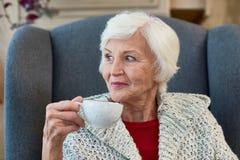 Старшая дама Enjoying Чай Стоковые Фото