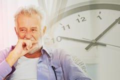 Старшая думая пряча улыбка с предпосылкой часов времен стоковые фотографии rf