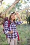 Старшая женщина в австралийском кусте Стоковые Изображения