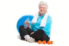 Старшая женщина в гимнастике стоковая фотография