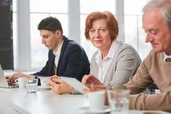 Старшая женщина в деловой встрече Стоковые Изображения RF