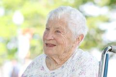 Старшая женщина в кресло-коляске стоковые фотографии rf