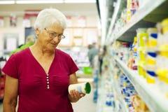 Старшая женщина в магазине продовольственных товаров Стоковое фото RF