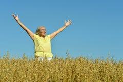 Старшая женщина в поле лета Стоковые Фотографии RF