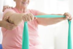 Старшая женщина держа шарф teal стоковое фото rf