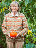 Старшая женщина держит тыкву Стоковое фото RF