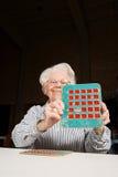 Старшая женщина играя bingo стоковые фотографии rf
