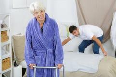 Старшая женщина идя с идя рамкой Стоковая Фотография