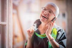 Старшая женщина имея симпатичную беседу телефона Стоковое фото RF