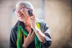 Старшая женщина имея симпатичную беседу телефона Стоковая Фотография