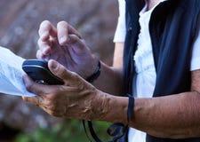 Старшая женщина используя прибор gps Стоковая Фотография