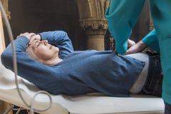 Старшая женщина испытывая боль в животе стоковое изображение