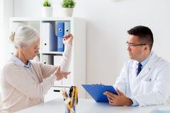 Старшая женщина и встреча доктора на больнице Стоковые Изображения RF