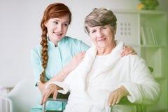 Старшая женщина и частный человек осуществляющий уход стоковое фото