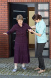 Старшая женщина идя с ее медсестрой Стоковая Фотография