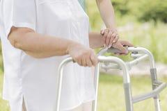 Старшая женщина идя с идя рамкой Стоковые Изображения