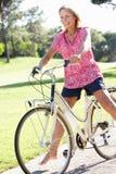 Старшая женщина наслаждаясь ездой цикла Стоковые Фотографии RF