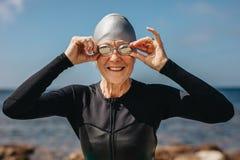 Старшая женщина наслаждаясь заплывом на море стоковое фото rf