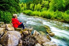 Старшая женщина наслаждаясь взглядом заводи Cayoosh Стоковая Фотография