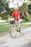 Старшая женщина наслаждаясь ездой цикла Стоковое Изображение RF