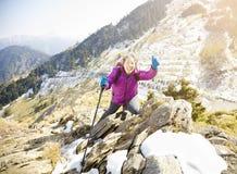 старшая женщина на горе Стоковая Фотография