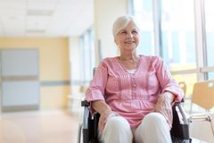 Старшая женщина на кресло-коляске в больнице стоковые фотографии rf