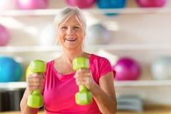 Старшая женщина на спортзале стоковая фотография rf