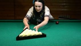 Старшая женщина положила шарики в треугольник шариков билльярда на таблицу билльярда и получать готова начать игру сток-видео