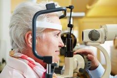 Старшая женщина получая роговицу проверенный стоковая фотография