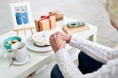 Старшая женщина празднуя день рождения супруга стоковые изображения rf